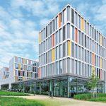Beim Neubau des Münchener IT-Rathauses war eine Entwässerung - Entwässerungsrinnen, Längsstabroste und Schlitzrinnen- in Schwerlastausführung gefragt. Bilder: Richard Brink GmbH & Co. KG