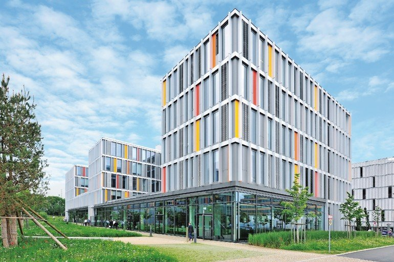 Beim Neubau des Münchener IT-Rathauses war eine Entwässerung - Entwässerungsrinnen, Längsstabroste und Schlitzrinnen- in Schwerlastausführung gefragt.