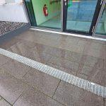 Auf Maß gefertigt, passt sich die Entwässerungslösung den Türlaibungen an. Bild: Richard Brink GmbH & Co. KG