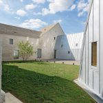 Das Gebäude bildet fast ein geschlossenes Ensemble. Nur ein kleiner Zugang gestattet den Blick nach innen. Bild: Martin Argyroglo, Paris