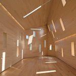 Der Innenraum des Anbaus verfolgt mit vielen Öffnungen und schiefen Linien einen eher modernen Ansatz. Bild: Martin Argyroglo, Paris