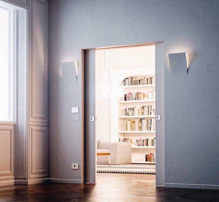 Innenwand-Schiebetür mit smarter Haustechnik in Seitenflächen der Tür