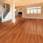 Wohnraum mit Holzboden und Treppe