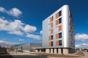In Ahrensburg wurde das neue Hauptquartier des WiBu mit einer vorgehängten und hinterlüfteten Aluminiumfassade mit abegerundeten Ecken versehen.