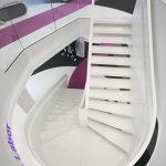 Keramischer Belag in Weiß, passend zur Endlackierung der Stahltreppenteile. Bild: concept + bild / Martina Pipprich