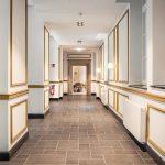 Auch die Flure im Tagungshaus werden durch Wand- und Sockelleisten aufgewertet, sodass sich so mancher Gast fürstlich fühlen mag. Bild: Orac