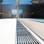 Bodengleicher Übergang: Geradlinige 7 x 7 mm Längsstabroste aus glasperlengestrahltem Edelstahl. Bild: Richard Brink GmbH & Co. KG