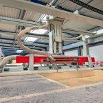 Fabrikhalle mit Fertigungsroboter. Bild: Schnoor