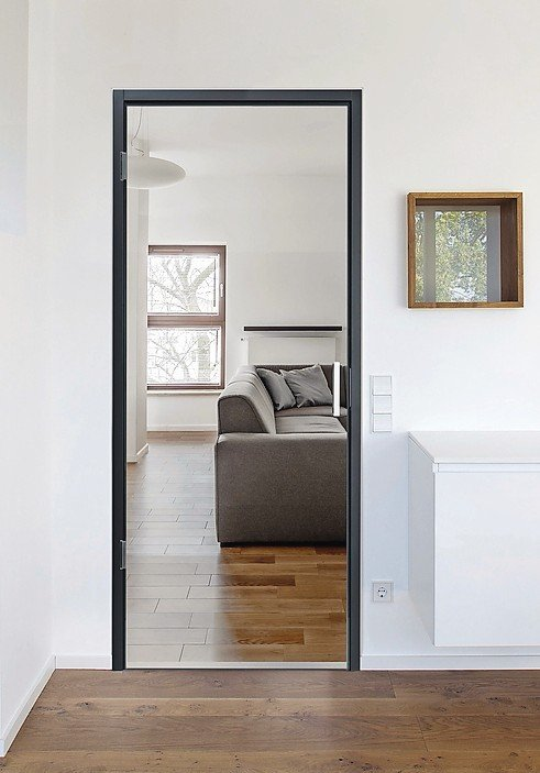 Glastür mit schmalem Profil und Metallgriff. Bild: Simonswerk