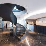 Schwungvolles Treppengeländer: Glas in Form gebogen. Bild: Spitzbart
