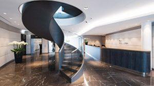 Schwungvolles Treppengeländer: Glas in Form gebogen