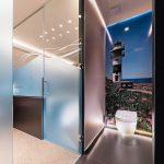 Dank der wandbündigen Schiebetürsysteme fügen sich die Türen dezent in das Gesamtbild des Raumes ein. Bild: Iván Casal Nieto