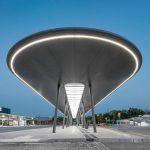 Die umlaufende LED-Beleuchtung an der Mittelinsel am ZOB Gelsenkirchen sorgt für eine hohe Aufenthaltsqualität sowie eine gute Orientierung für die Fahrgäste. Bilder: Lukas Pelech