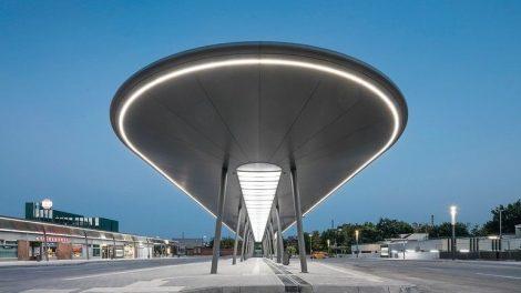 Eine markante Überdachung mit individuell gefertigter LED-Beleuchtung sorgt nun am modernisierten Busbahnhof in Gelsenkirchen für mehr Fahrgastkomfort.
