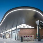 Im Zuge der Modernisierung wurde auch das Bestandsgebäude mit neuer LED-Beleuchtung ausgestattet. Bild: Lukas Pelech