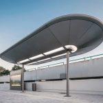 Nicht nur am Bestandsgebäude und auf der Mittelinsel, sondern auch an drei weiteren Fahrgastunterständen wurde die Aufenthaltsqualität mit neuen Dächern und sorgfältig ausgewählter Beleuchtung erhöht. Bild: Lukas Pelech
