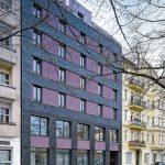 Der Neubau fügt sich zur Straßenseite hin als Lückenbebauung in die Umgebung ein. Bild: Ebba Dangschat