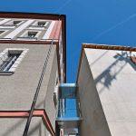 Eine Glasfuge verbindet den Erweiterungsbau mit dem Bestand und den dort beherbergten Amtsräumen. Bild: HeidelbergCement