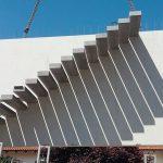 Einbau eines Fertighausbauteils aus Beton mit vorinstallierter Kragarmtreppe
