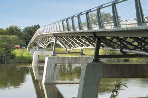Platten aus nur 12 cm dickem ultrahochfestem Beton unterstreichen den filigranen, optisch leicht wirkenden Anblick der Gärtnerplatzbrücke in Kassel. Bild: BetonBild