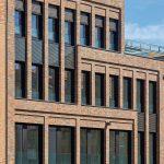 Neubau, Große Bleichen Hamburg: Die optische Staffelung der Fassade vermittelt zwischen alt und neu. Bild: Markus Tollhopf