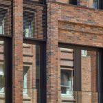 Neubau, Große Bleichen Hamburg: Raumhohe Fenster mit schmalen Rahmen sorgen für Tageslicht im Inneren. Bild: Markus Tollhopf