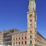 Das neue Geschäftshaus fügt sich mit seiner Klinkerfassade harmonisch in die bestehende Baustruktur ein. Bild: Markus Tollhopf