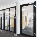 Alu-Rohrrahmentüren sorgen durch schmale Profile und große Glasflächen für die gewünschte Transparenz und Brandschutz in der Bürolandschaft. Bild: Novoferm