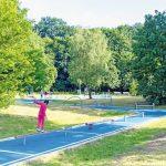 Als leuchtend blaues Band verläuft der Bewegungs-Parcours durch den Landschaftspark. Bild: Hackl Hofmann Landschaftsarchitekten