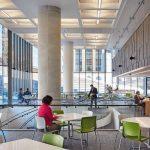 Ein geschwungenes Ganzglas-Treppengeländer sorgt in der umgebauten und sanierten Bank of Canada in Ottawa für maximalen Lichteinfall bis ins Untergeschoss.