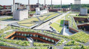 Der Verwaltungsneubau (vorn im Bild) der RAG-Stiftung bzw. RAG AG und das neue Parkhaus auf dem Gelände der Zeche Zollverein in Essen bilden eine Schnittstelle von Kultur- und Naturlandschaft. Bilder: Richard Brink GmbH & Co. KG