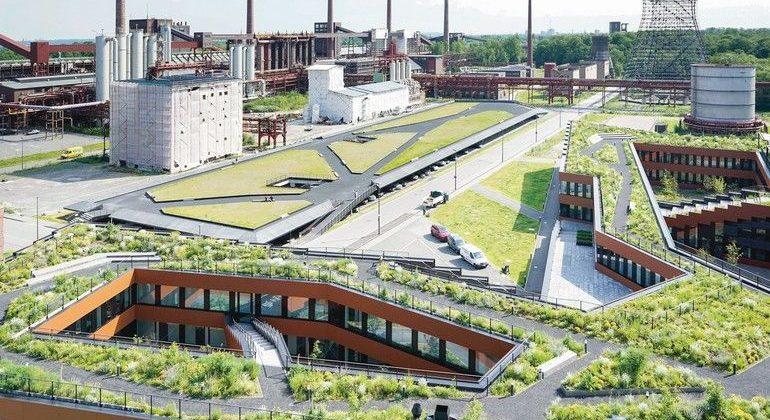 Der Verwaltungsneubau (vorn im Bild) der RAG-Stiftung bzw. RAG AG und das neue Parkhaus auf dem Gelände der Zeche Zollverein in Essen