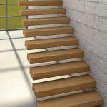Kragarmtreppe aus Holz an Betonwand