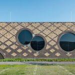 Ein wunderbares Mosaik bietet die Backsteinfassade aus dunkel- und hellbraunen Handformziegeln, ergänzt von den drei spannend angeordneten runden Fenstern. Bild: Thea van den Heuvel