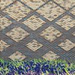 Ornamentale Rautenstruktur: durch dunkelbraune und vorstehend gemauerte hellbraune Handformziegeln. Bild: Thea van den Heuvel