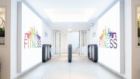 Galaxy Gate mit schnell beweglichen Schwenkarmen im Eintrittsbereich des Fitnessstudios