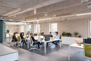 Innenansicht Büroraum im Mix aus Industriestil und Moderne