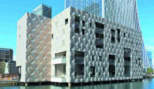 Exklusives Clubgebäude in Londnon mit gewellter Metallfassade