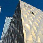 Kantige Architektur mit Aluminiumfassade vor blauem Himmel.