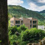 Naturnähe und Transparenz im mehrgeschossigen Büroneubau aus Holz-Hybrid. Bilder: Lignotrend / Foto: Olaf Herzog, Waldkirch