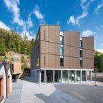 """Die Architektursprache des dreigeschossigen Holzbaus orientiert sich mit den drei """"Shed-Dächern"""" am Gebäudebestand auf dem Grundstück. Bild: Lignotrend / Foto: Olaf Herzog, Waldkirch"""