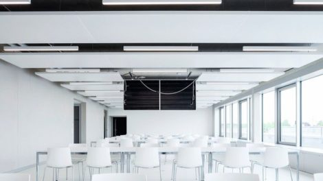 Auditorium mit von der Decke herabhängendem Deckensegel