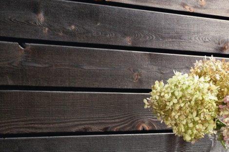 Extravagant beflammte Holzprofile für Wände