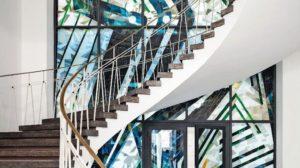 Treppenhaus-Atrium mit geklebter Brandschutzfassade aus großformatigem Echt-Antikglasmosaik