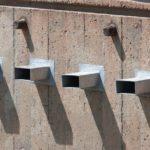 Vier Ablaufrohre als Wasserspeier an der Fassade.Speier