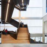 Auch im Treppenhaus viel Licht durch transluzente Wärmedämmung.