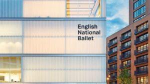 Helle Fassade für Tanzfabrik bietet transluzente Wärmedämmung..