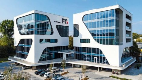 Glasaussparungen in der Fassade der FC-Gruppe