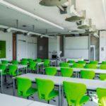 Grüne Stühle im
