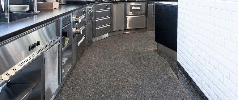 Grauer Küchenboden mit feuchtebeständigem Kunstharz-Oberbelag